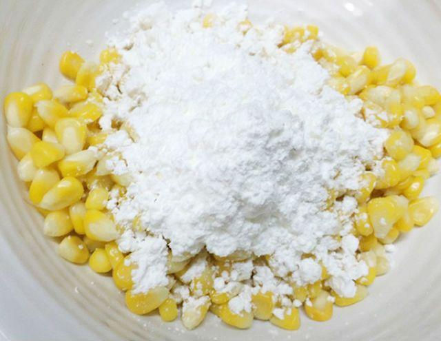 trộn ngô với bột