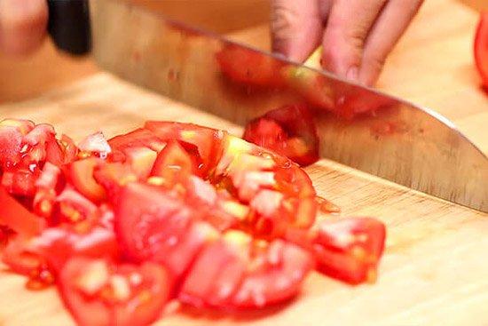 cà chua thái nhỏ
