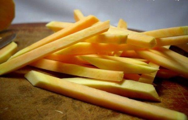 cắt khoai lang thành các miếng dài