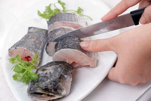 cắt cá lóc thành các khúc nhỏ