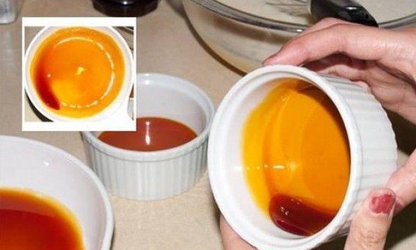 tạo 1 lớp caramen trong khuôn bánh