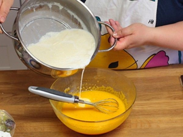 đổ sữa vào trứng