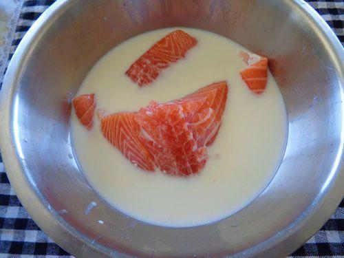 ngâm cá hồi trong sữa không đường