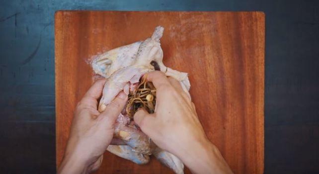 nhồi các nguyên liệu vào bên trong gà