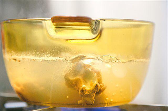 chần xương ống với nước sôi