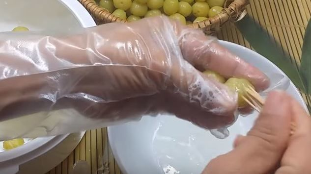 sơ chế chùm ruột bằng tăm