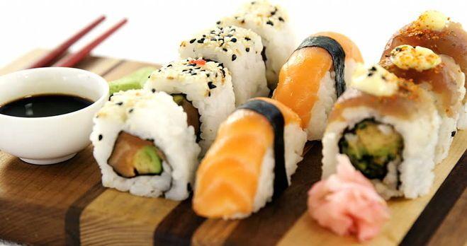 cơm nắm onigiri vs shushi