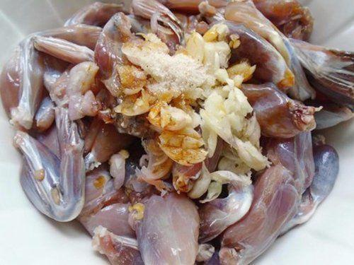 ướp thịt ếch với gia vị