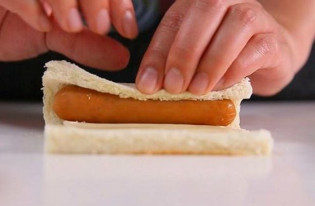 cuộn xúc xích với bánh mì