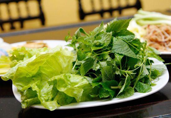 rau sống ăn với bò nhúng dấm