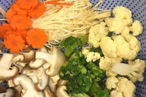Nguyên liệu làm nui xào đậu phụ rau củ