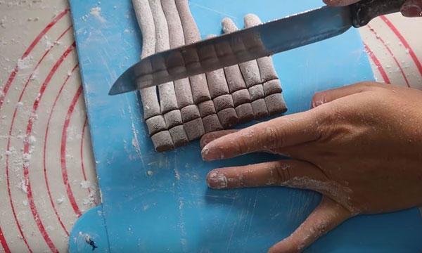cắt bột làm trân châu
