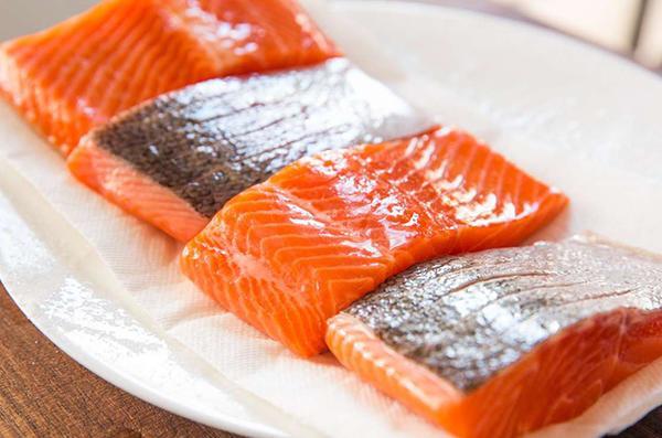 Trẻ mấy tháng ăn được cá hồi