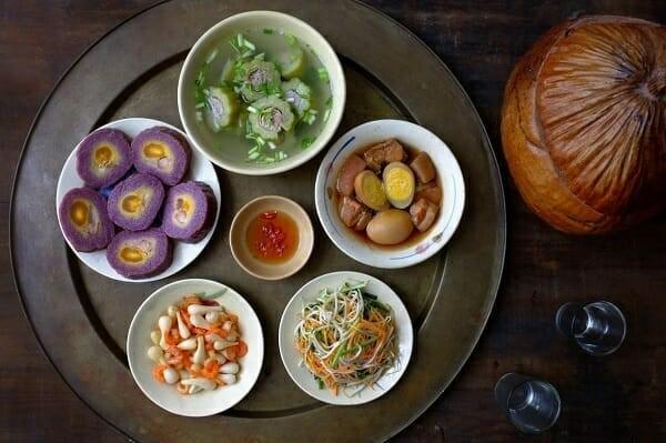 mâm cơm với món thịt kho nước dừa nam bộ